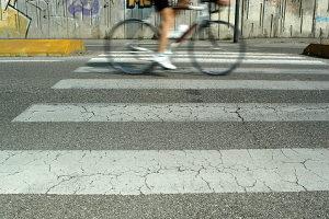 Ein Halte- und Parkverbot gilt auch auf, vor und nach Zebrastreifen.