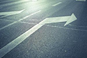 Wer rechts oder links abbiegen möchte, muss beim Abbiegevorgang beide Hände am Lenker vom Fahrrad haben