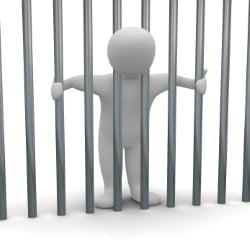 In der Öffentlichkeit pinkeln – also draußen kann bei besonders schlimmen Fällen zu einer Freiheitsstrafe führen.