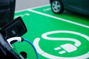 Plug-In-Autos müssen regelmäßig aufgeladen werden.