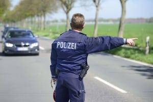 Die Polizei regelt den Verkehr mit bestimmten Zeichen.