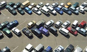 Private Wachdienste verteilen Knöllchen auf dem Parkplatz vom Supermarkt