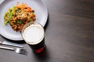 Ein kühles Bier zum Essen? Kann möglich sein, denn die Promillegrenze in England liegt höher als in Deutschland.