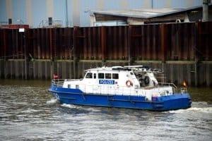 Die Einhaltung der Promillegrenze auf See- und Binnenwasserstraßen kontrolliert die Wasserschutzpolizei.
