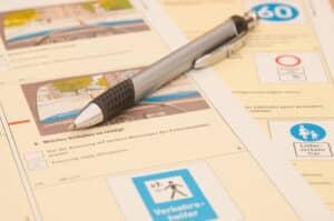 Die Prüfungsfragen für den Führerschein mussten früher auf einem Fragebogen angekreuzt werden.