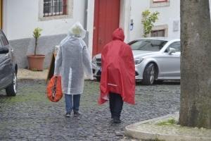 Ein Regenponcho hält Sie auch beim Radfahren im Regen trocken.