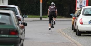 Radfahrer überholen: Laut Bundesrat schreibt die StVO-Novelle einen Seitenabstand von mindestens 2 Metern außerorts vor.