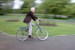 Unter Umständen dürfen Radfahrer auf dem Gehweg fahren - bei entsprechender Beschilderung und angepasster Geschwindigkeit.