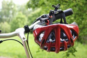 Wenn Kinder für die Radfahrprüfung üben, sollte ein Helm getragen werden.