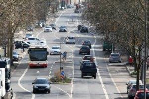 Radfahrstreifen sind von der Fahrbahn mit einer durchgehenden Linie abgegrenzt.
