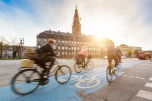 Wenn Sie auf einem Radweg parken, behindern oder gefährden Sie möglicherweise Fahrradfahrer, die dort unterwegs sind.