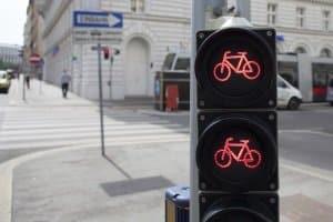 Auch auf einem Radweg muss die Vorfahrt nach StVO oder nach den Lichtzeichen befolgt werden.