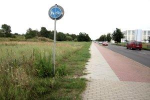 Ein Radweg ist baulich von den anderen Verkehrsflächen abgegrenzt.