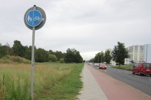 Ob die Radwegebenutzungspflicht gilt, entnehmen Sie entsprechenden Verkehrsschildern.