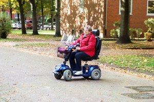 Von wegen behäbig: Der rasende Rentner zeigt im Rollstuhl, dass es auch anders geht.