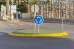 Unser Ratgeber erläutert die am und im Kreisverkehr geltenden Verkehrsregeln.