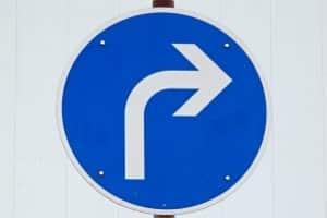Hier dürfen Sie nur rechts abbiegen, besagt das Schild.
