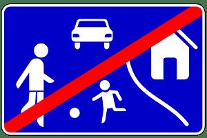 Es gilt nicht rechts vor links, wenn ein verkehrsberuhigter Bereich verlassen oder ein abgesenkter Bordstein überfahren wird.