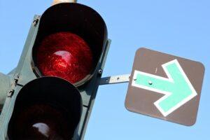 Das Rechtsabbiegen bei Rot ist gestattet, wenn ein Grünpfeil vorhanden ist.