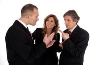 Bei der Kommunikation mit Versicherungen hilft Ihnen ein Rechtsanwalt nach einem Verkehrsunfall weiter.