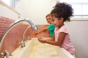 Wie vermittle ich Kindern die Regeln zur Hygiene? Die Tipps lassen sich zum Beispiel als Reim besonders gut merken.
