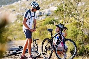 In der Natur haben Sie oft keine andere Möglichkeit, als den Reifen an Ihrem Fahrrad selbst zu flicken.