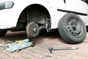 Der Reifen ist geplatzt, was nun? Achten Sie beim Reifenwechsel auf die Hinweise in den Fahrzeugpapieren.
