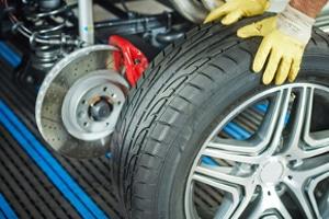 Bei der Reifenkennzeichnung erlaubt die DOT-Ziffer Rückschlüsse auf das Herstellerdatum.