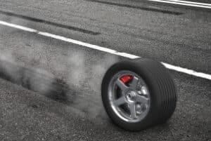 Für eine Reifenpanne ist häufig ein platter Reifen verantwortlich.