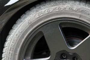 Ein Fachmann weiß bei einer Reifenreparatur genau, bis zu welcher Geschwindigkeit vulkanisiert werden darf.