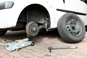Beim Reifenwechsel setzt so mancher lieber auf einen Experten, anstatt selbst Hand anzulegen.