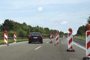 Das Reißverschlussverfahren wird an Fahrbahnverengungen angewendet.