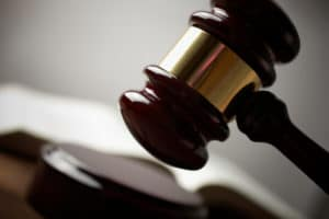Muss das Reißverschlussverfahren auch bei einem Hindernis aktiviert werden? Die Urteile sind unterschiedlich.