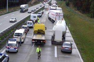 Wer die Rettungsgasse auf der Autobahn nicht bildet, hält Einsatzfahrzeuge auf.
