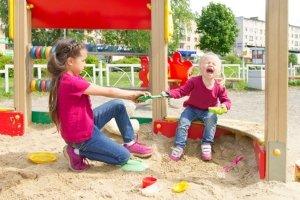 Machen selbst das Streiten sicherer: Richtlinien zum Spielplatz und seinem Bau.