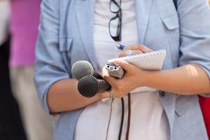 Das Robert Koch-Institut gibt aktuell in regelmäßigen Abständen Pressekonferenzen.