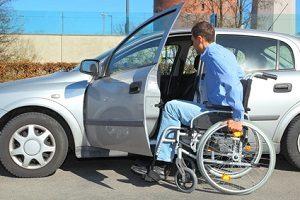 Auch mit einem Rollstuhl ist das Autofahren möglich.