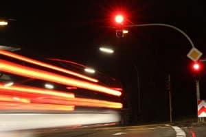 Rote Ampel: Hat der Blitzer den Lkw-Fahrer unerkenntlich abgelichtet, kann der Bußgeldbescheid ungültig sein.