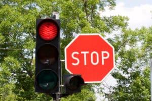 Rote Ampel mit Stopschild