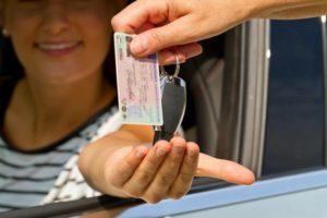 Alter, roter Führerschein: Läuft die Gültigkeit 2033 ab, benötigen Sie einen neuen EU-Führerschein.