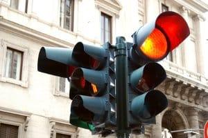 Beim Rotlichtverstoß gilt für Lkw-Fahrer der gleiche Bußgeldkatalog wie für Pkw-Fahrer.