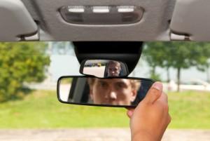 Der Blick in den Rückspiegel ist beim Überholen von zentraler Wichtigkeit.