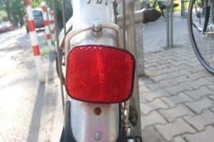 Ein weiterer Rückstrahler in Rot ist hinten am Fahrrad Pflicht.