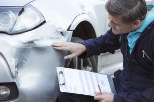 Sowohl der Unfallort als auch die beteiligten Fahrzeuge begutachtet ein Sachverständiger bei der Unfallrekonstruktion.