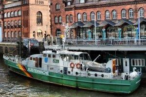 Ein Schiff der Küstenwache kann zu verschiedenen Behörden gehören: u. a. auch zum Zoll.