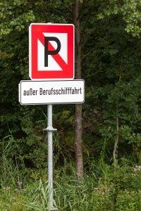 Schifffahrtszeichen auf der Elbe oder dem Rhein können auch individuelle Informationen enthalten.
