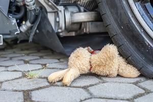 Schild zum Kreisverkehr übersehen? Neben Bußgeldern kann es schnell zu Unfällen kommen.