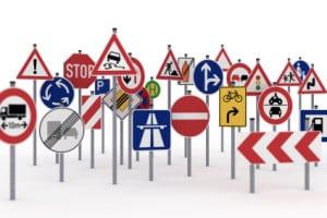 Verschiedene Schilder für den Bahnübergang