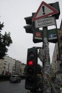 Schlagloch: Schildert sollen auf die Gefahrenquelle hinweisen.