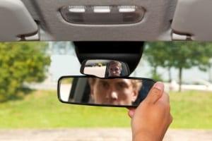 Bei einem Schleuderkurs mit dem Auto wird auch die richtige Spiegeleinstellung geprüft.